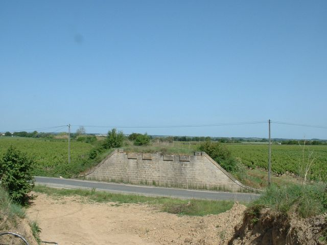 Ancien pont-rail peu après Marsillargues La seconde culée a disparue. Elle était située au premier plan de la photo. La vue est prise en direction d'Arles.  Mai 2002